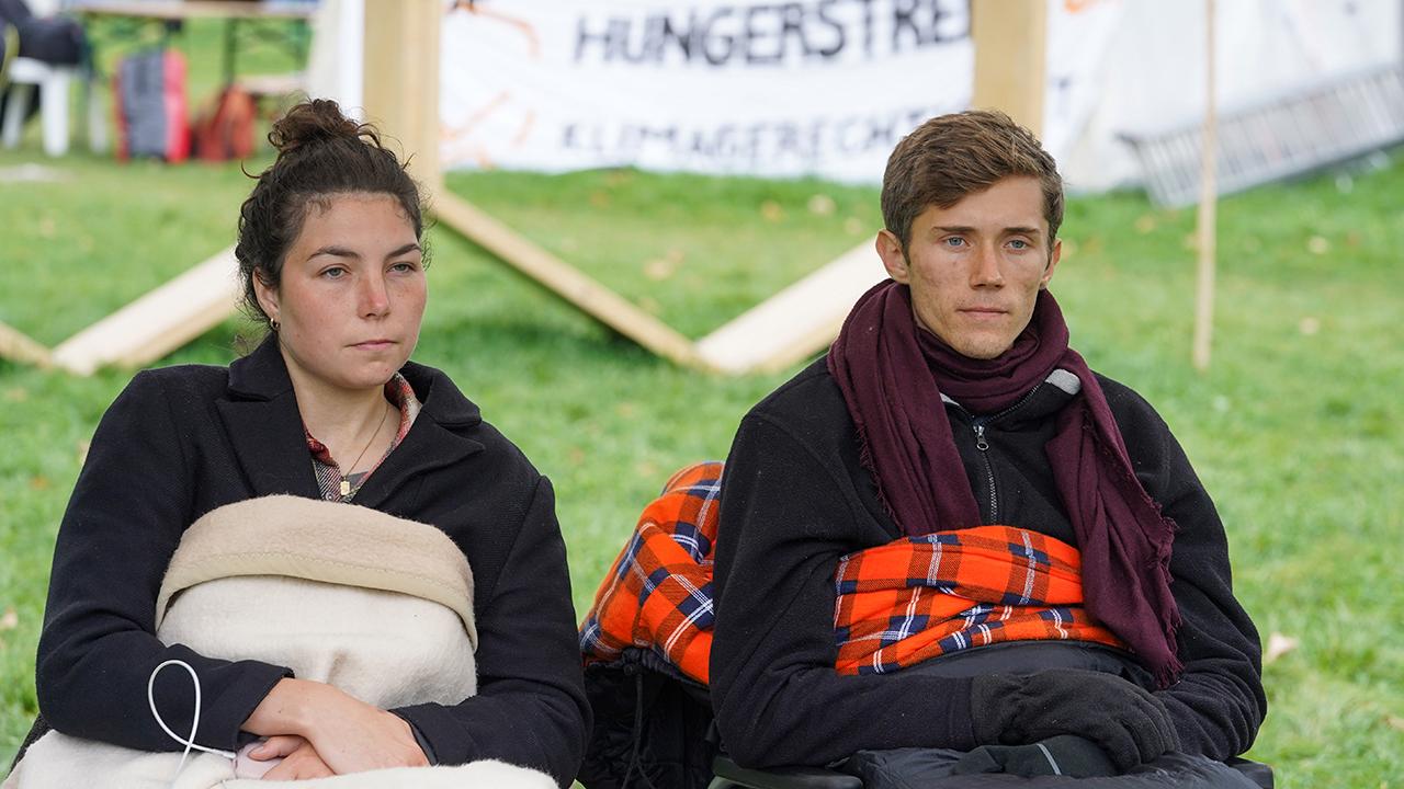 Die beiden verbliebenen Teilnehmer des «Hungerstreiks der letzten Generation» in Berlin auf einer Pressekonferenz. (Quelle: dpa/Jörg Carstensen)