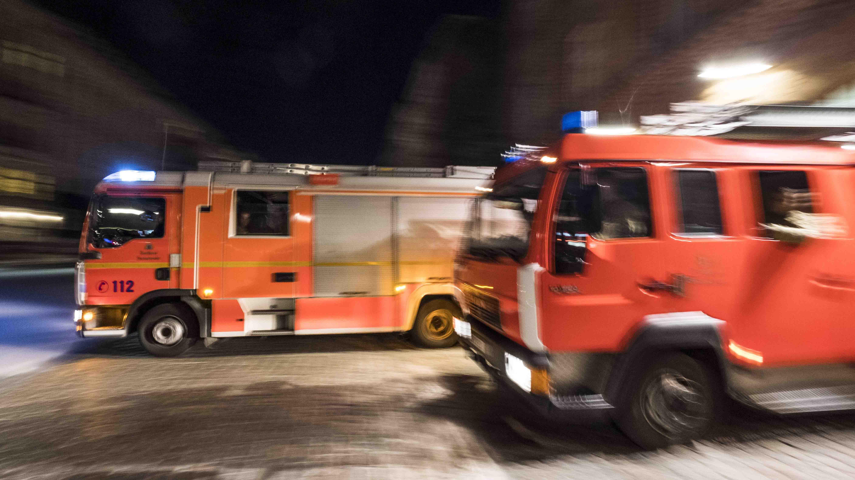 Löschfahrzeuge der Berliner Feuerwehr beim Ausrücken aus der Feuerwache 1300 in Berlin-Prenzlauer Berg (Bild: imago images/R. Price)