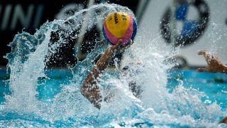 Ein Spieler wirft bei einem Wasserballspiel (Symbolbild). Quelle: imago images/Camera 4