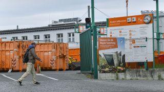 Ein Mann läuft am BSR Recycling Hof am Tempelhofer Weg, Berlin vorbei (Bild: dpa/Schoening)