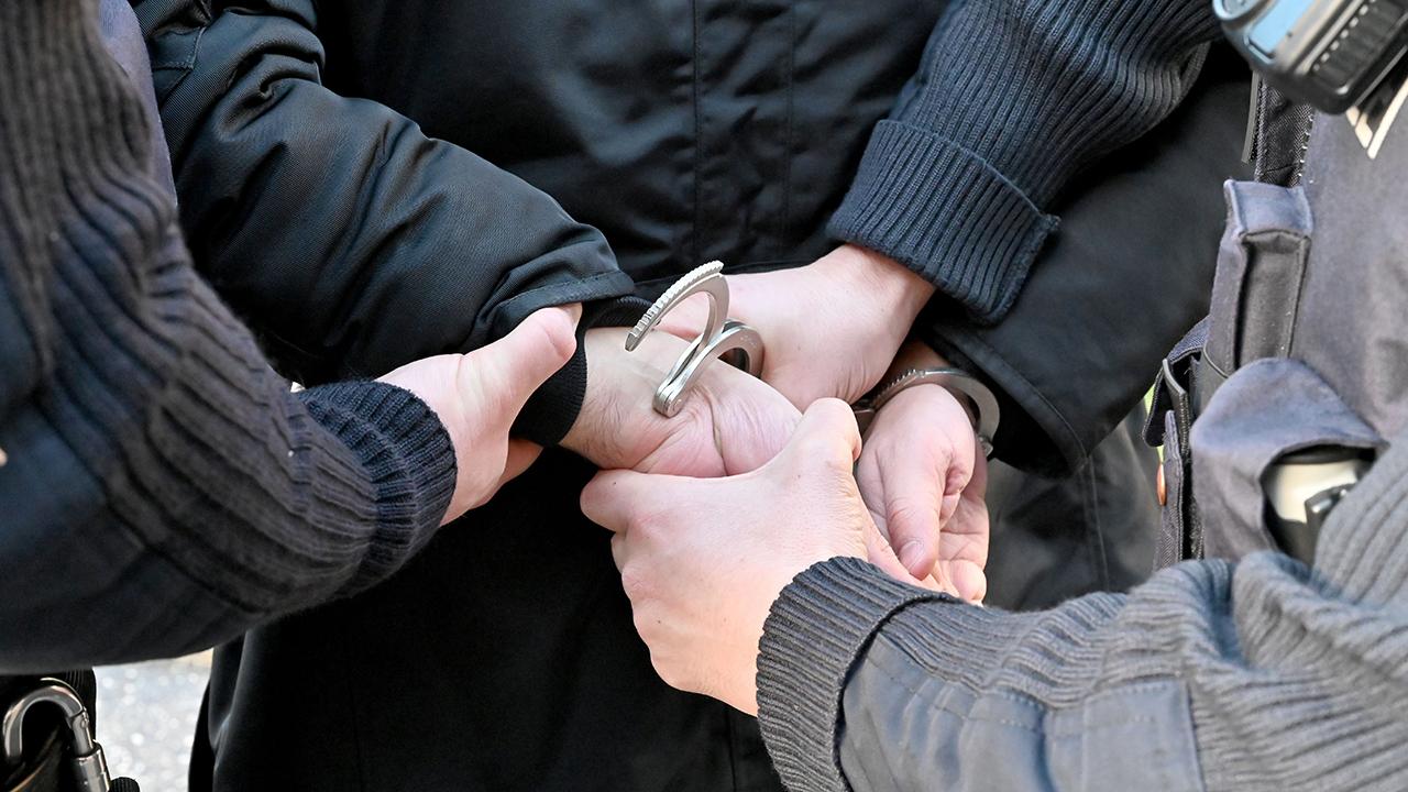 Symbolbild: Festnahme durch die Polizei (Quelle: dpa/Carsten Rehder)