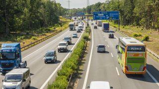 Symbolbild: Die Ausfahrt Birkenwerder auf der Autobahn A 10 Berliner Ring bei Birkenwerder Landkreis Oberhavel (Bild: imago images/Volker Hohlfeld)