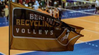 Eine Fahne mit dem Logo der BR Volleys. Quelle: imago images/Gerold Rebsch