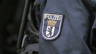 Wappen der Berliner Polizei auf dem Einsatzanzug eines Polizisten. (Quelle: imago images)