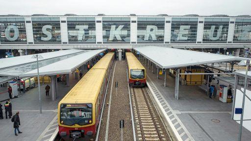 Symbolbild: Zwei S-Bahn-Züge am S-Bahnhof Ostkreuz. (Quelle: dpa/G. Fischer)   dpa/G. Fischer