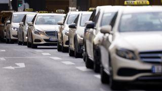 Hundert Taxen nehmen an einem Autokorso teil (Quelle: dpa/Christoph Hardt)