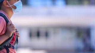 Ein Schutzmaske trägt eine Schutzmaske (Quelle: dpa/Igor Soban)