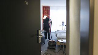 Ein Zimmermaedchen beim Staubsaugen in einem Hotel (Quelle: dpa/Christian Beutler)