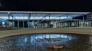Menschenleer ist der Vorplatz am nächtlichen Terminal 1 vom Hauptstadtflughafen Berlin Brandenburg «Willy Brandt» (BER) am 25.10.2020. (Quelle: dpa/Patrick Pleul)
