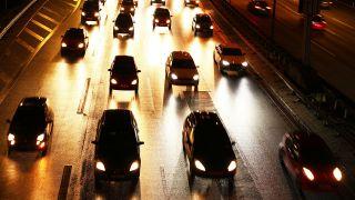 Autos fahren am Abend im zähfliessenden Verkehr auf der Autobahn A100 in Schöneberg in Richtung Tempelhof. Foto: Wolfram Steinberg/dpa