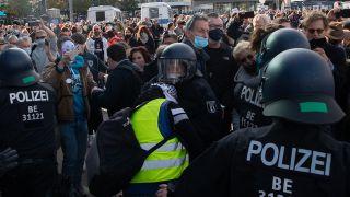 Berlin: Ein Polizist hindert einen Teilnehmer der Demonstration gegen die Corona-Auflagen auf dem Alexanderplatz am Weitergehen. Quelle: Paul Zinken/dpa