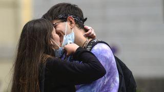 Symbolbild: Paar küsst sich in Corona-Zeiten (Quelle: dpa/Laporta)