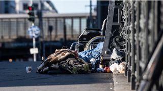 Obdachlose liegen auf einer Brücke unweit des Bahnhof Friedrichstraße. Quelle: Paul Zinken/dpa