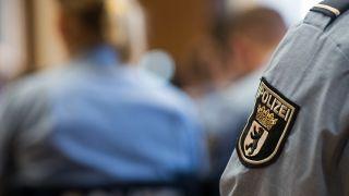 Junge Polizisten sitzen bei der Ernennungsfeier des Bachelorstudiengangs für den gehobenen Polizeivollzugsdienst in der Hochschule für Wirtschaft und Recht. Quelle: Bernd von Jutrczenka/dpa
