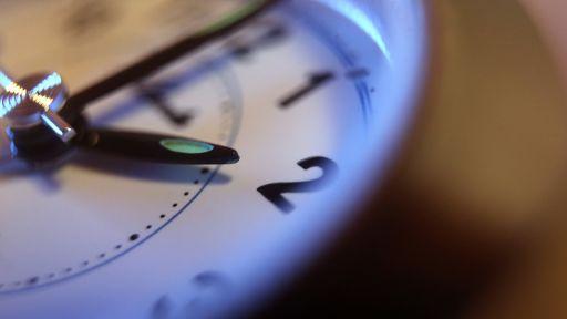 Symbolbild: Eine Uhr wurde auf zwei Uhr zurückgestellt. (Quelle: dpa/K. Hildebrand) | dpa/K. Hildebrand