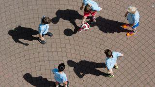 Symbolbild - Schüler spielen auf einem Schulhof (Bild: dpa/Julian Stratenschulte)