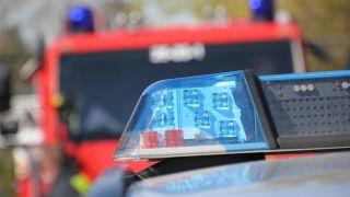 Themen/Symbolbild Feuerwehrfahrzeug hinter einem Polizeifahrzeug (Bild: imago images/Die Videomanufaktur)