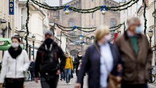 Menschen laufen die Brandenburger Straße in Potsdam entlang, auf der Maskenpflicht gilt. (Quelle: dpa/Fabian Sommer)