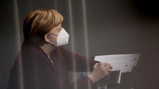 Bundeskanzlerin Angela Merkel (CDU) verfolgt am 26.11.2020 im Bundestag die Debatte nach der Abgabe der Regierungserklärung zur Bewältigung der Corona-Pandemie und trägt dabei ihre Maske. (Quelle: dpa/Michael Kappeler)   dpa/Michael Kappeler