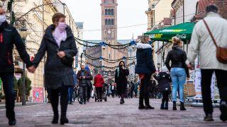 14.11.2020, Brandenburg, Potsdam: Menschen mit Mund-Nasen-Schutzmasken laufen durch eine Fußgängerzone in der Innenstadt, in der Maskenpflicht gilt. (Quelle: dpa/Christophe Gateau)