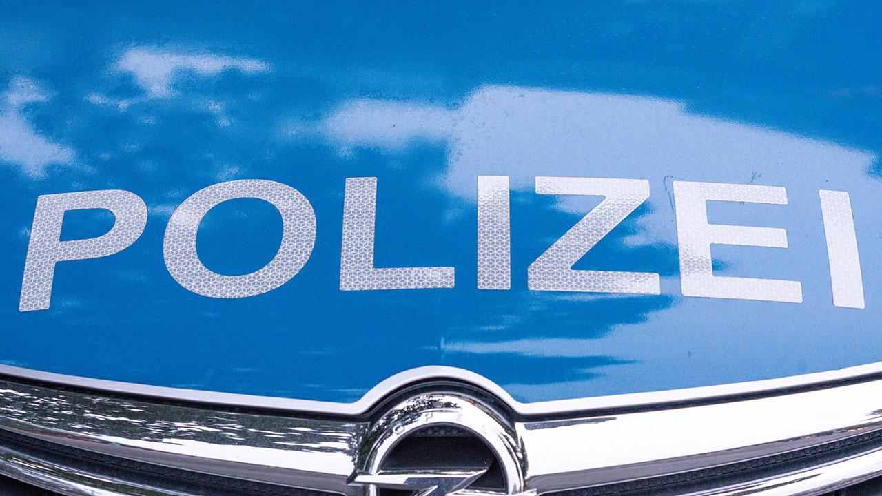 Auf der Motorhaube eines Einsatzwagens steht das Wort Polizei, Symbolbild (Quelle: Fotostand/Reuhl)