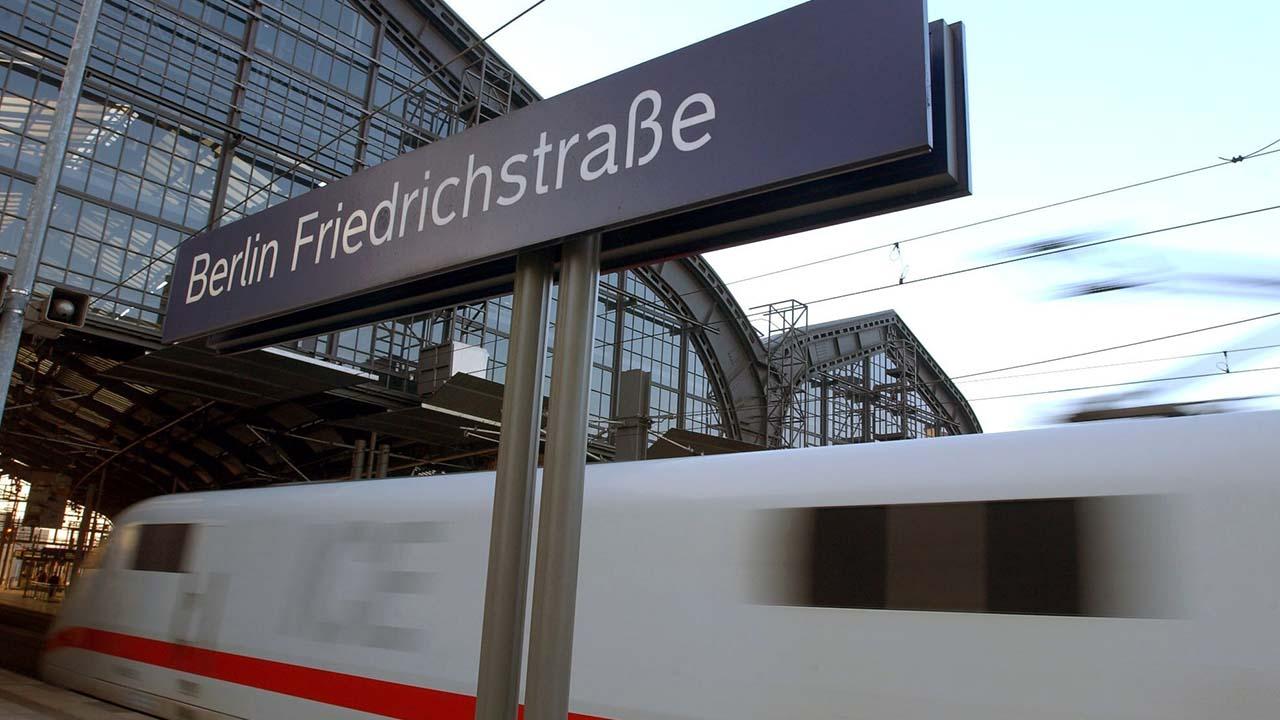 Ein ICE der Deutschen Bahn fährt aus dem Berliner Bahnhof Friedrichstrasse (Quelle: Zentralbild/Jochen Eckel)