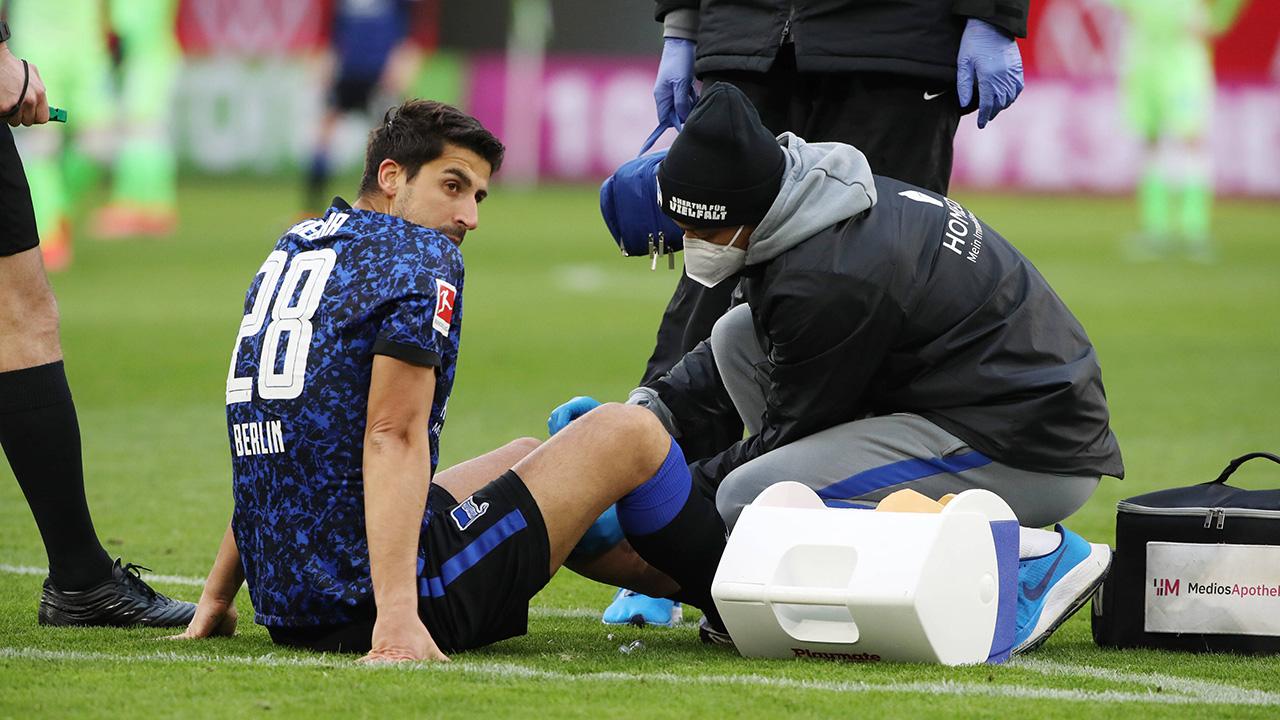 Sami Khedira wird behandelt (Quelle: imago images/Contrast)