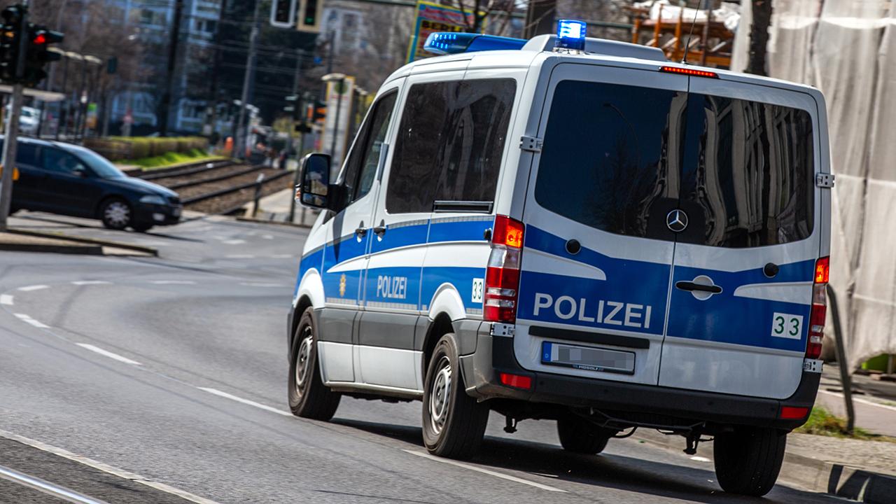 Symbolbild - Ein Auto der Berliner Polizei fährt durch Berlin. (Bild: dpa/Andreas Gora)