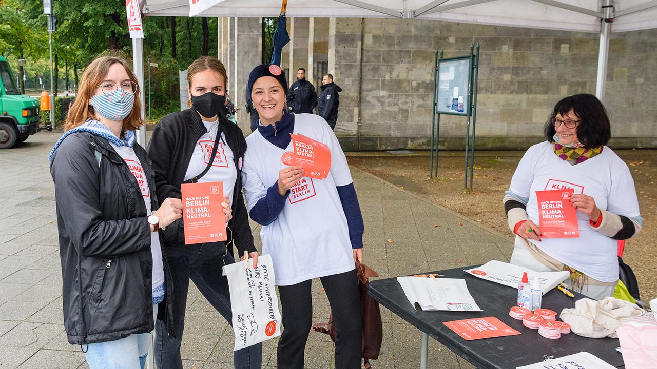 Aktivistinnen von Klimaneustart Berlin sammeln am 25.09.20 Unterschriften für die Einführung eines Klima-Buerger*innenrates beim globalen Klimastreik an der Berliner Siegessaeule. (Quelle: dpa/Stefan Mueller
