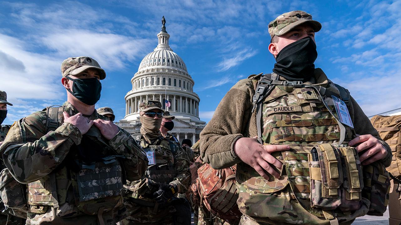 Mitglieder der Nationalgarde stehen vor dem Capitol in Washington, USA (Quelle: dpa/J. Scott Applewhite)