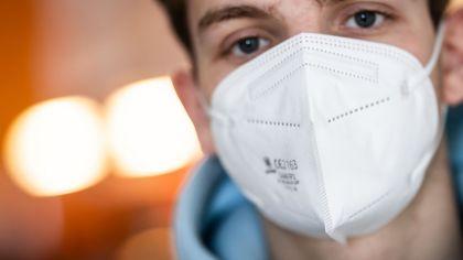 Ein junger Mann trägt eine FFP2-Maske. (Quelle: dpa/Frank Rumpenhorst) | dpa/Frank Rumpenhorst
