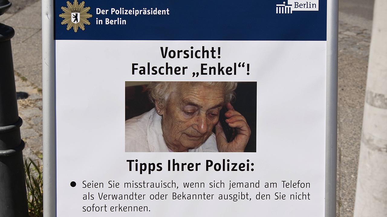 Symbolbild: Warntafel der Polizei in Berlin hinsichtlich des . (Quelle: imago images/imagebroker)