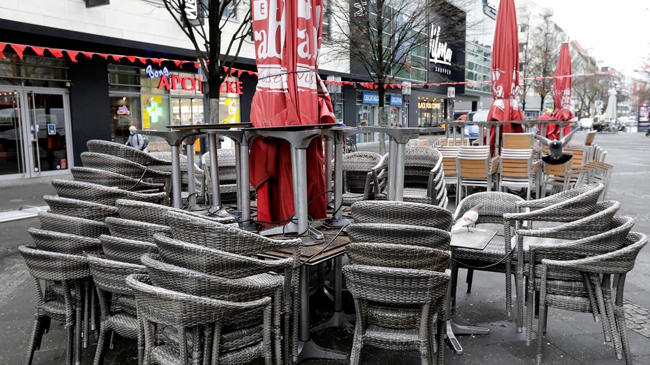 Symbolbild: Stuehle und Tische in der Fussgaengerzone der Wilmersdorfer Strasse. (Quelle: imago images/J. Schicke)