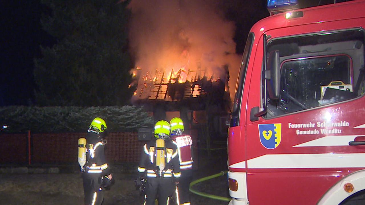 Löscharbeiten der Feuerwehr Wandlitz am frühen Morgen des 02.03.2021. (Quelle: TNN)