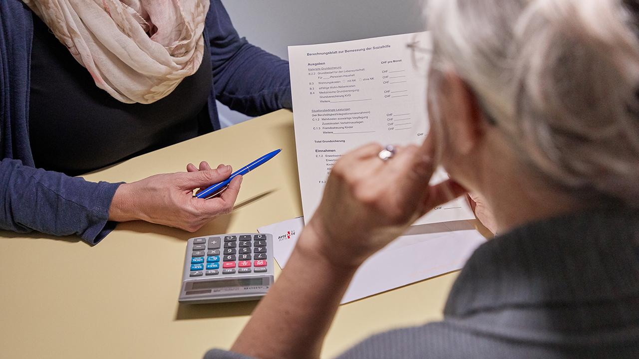 Symbolbild: Ein Schuldenberaterin der Caritas, links, und eine Klientin, rechts, waehrend einer Schuldenberatungssitzung in einer Beratungsstelle am 18. Mai 2018. (Quelle: dpa/Christof Schuerpf)