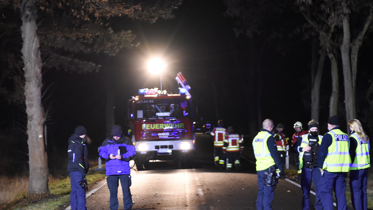 Symbolbild: Schwerer Unfall mit Todesfolger am 26.12.2021 auf einer Landstraße in Brandenburg. (Quelle: BLP/Christian Sappeck)