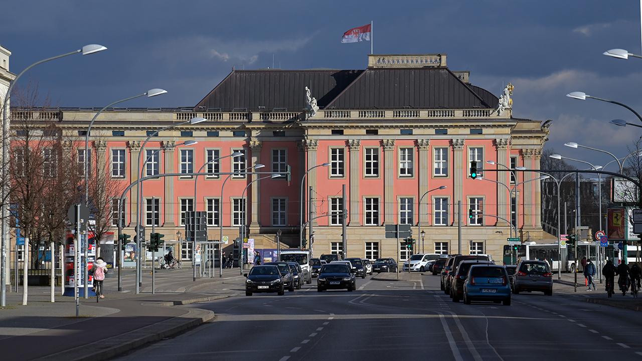 Autos warten auf der Breiten Straße vor der Kulisse des Landtages an der Ampel einer Straßenkreuzung. (Quelle: dpa/Soeren Stache)