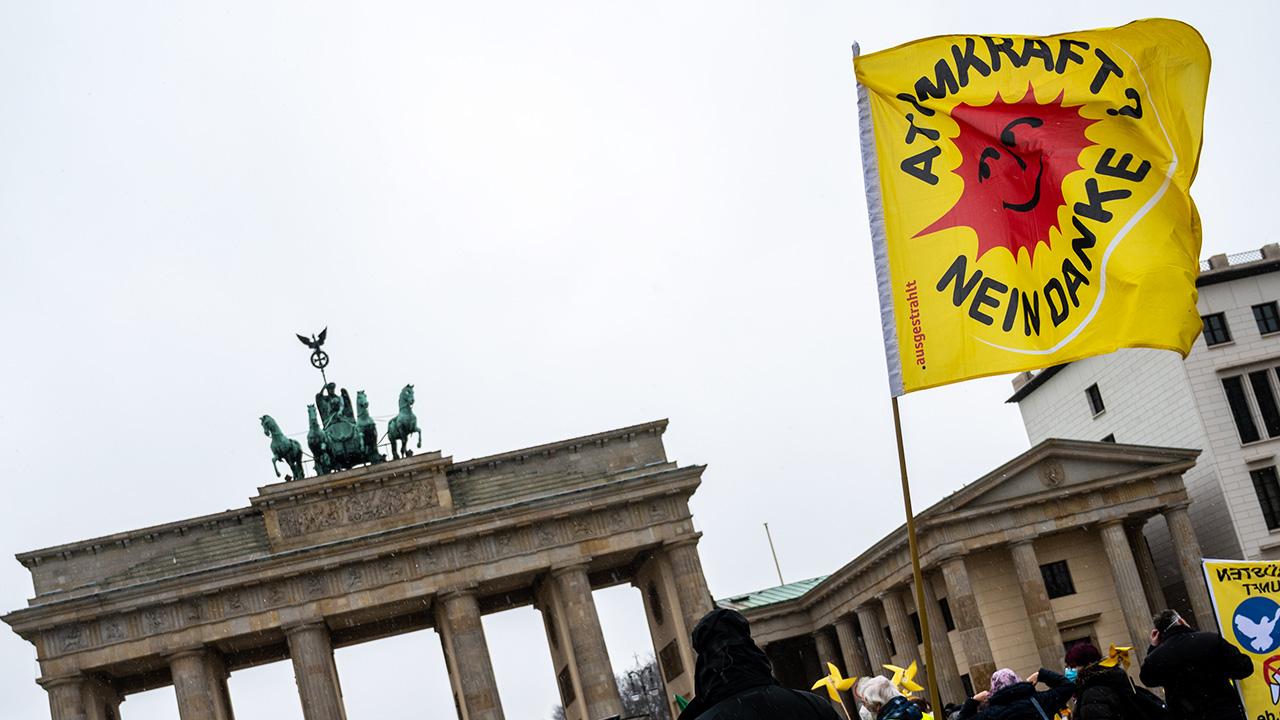 """Bei einer Demonstration unter dem Motto «10 Jahre nach Fukushima: Atomkraft ist kein Klimaretter!» weht eine Flagge mit der Aufschrift """"Atomkraft? Nein Danke"""" vor dem Brandenburger Tor. (Quelle: dpa/Christophe Gateau)"""