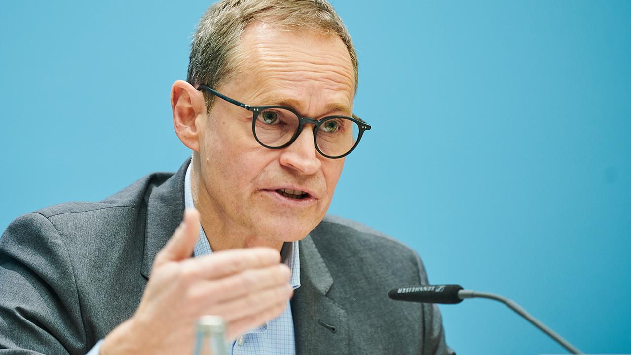 Archivbild: Michael Müller (SPD), Regierender Bürgermeister von Berlin, spricht nach der Sitzung des Senats in der Pressekonferenz. (Quelle: dpa/A. Riedl)
