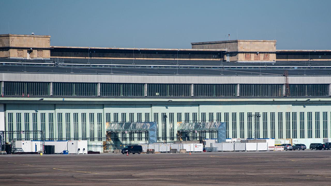 In den Hangars des ehemaligen Flughafens Tempelhof wird am 8. März das sechste Berliner Impfzentrum eröffnet. (Quelle: dpa/Christophe Gateau)