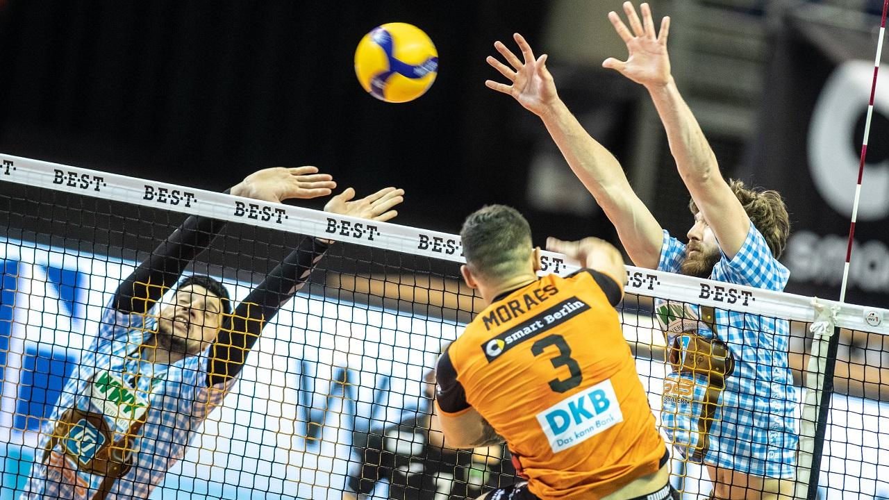 Davy Moraes von den BR Volleys bei Schlag übers Netz / imago images/Andreas Gora