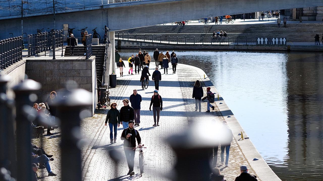 Viele Menschen in Berlin nutzen den Feiertag am 08.03.2021, um bei Sonnenschein an der Spree spazieren zu gehen (Bild: imago images/K. M. Krause)