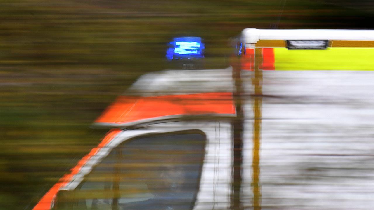Symbolbild: Ein Rettungswagen ist mit Blaulicht unterwegs (Quelle: imago-images/Sven Simon)