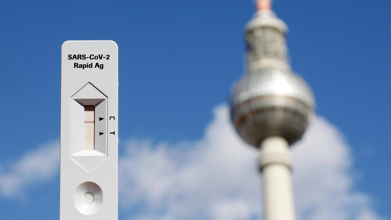 Negativer Sars-Cov-2-Antigentest. Im Hintergrund der Berliner Fernsehturm (Quelle: imago images/Gabsch)