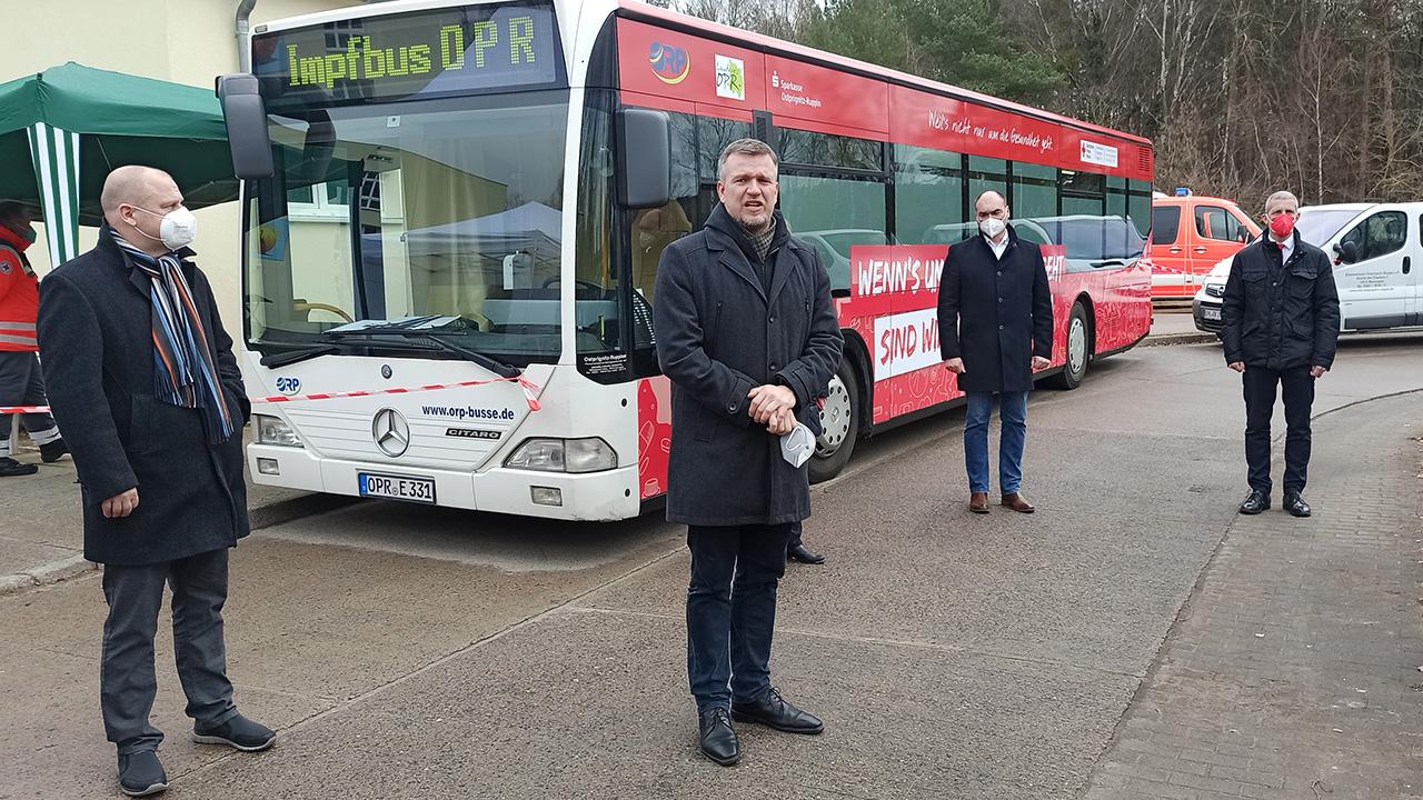 Der Landrat von Ostprignitz-Ruppin, Ralf Reinhardt (2. v.l.) stellt den neuen Impfbus des Landkreises vor. (Quelle: rbb/Björn Haase-Wendt)