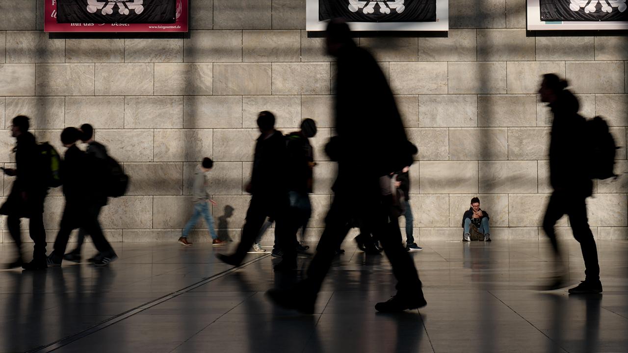 Archivbild: esucher gehen am 27.12.2018 in der Glashalle an Logos des 35. Chaos Communication Congress (35c3) in der Messe Lepzig vorbei. (Quelle: dpa/Peter Endig)