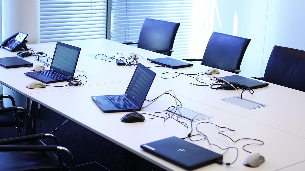 Symbolbild: In einem Büroraum in Berlin stehen am 29.09.2017 Labtops. (Quelle: dpa/Wolfram Steinberg)
