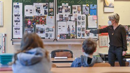 Cornelia Herrmann, Klassenlehrerin einer 4. Klasse in Frankfurt (Oder) unterrichtet Schüler*innen (Bild: dpa/Patrick Pleul) | dpa/Patrick Pleul