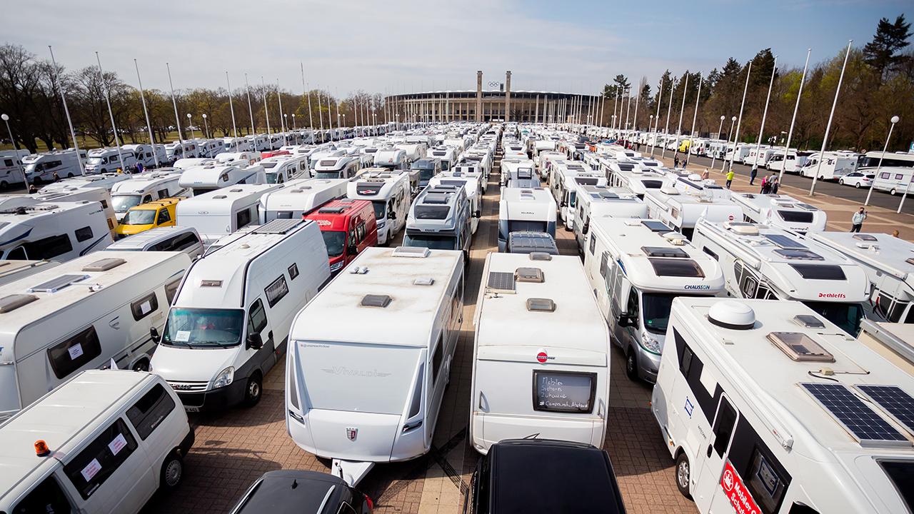 Wohnwagen und Wohnmobile stehen vor dem Start eines Camper-Korsos der Camperinitiative «Campen mit Abstand» vor dem Olympiastadion. Gefordert wird unter anderem die sofortige Öffnung der Stell- und Campingplätze. (Quelle: dpa/C. Soeder)