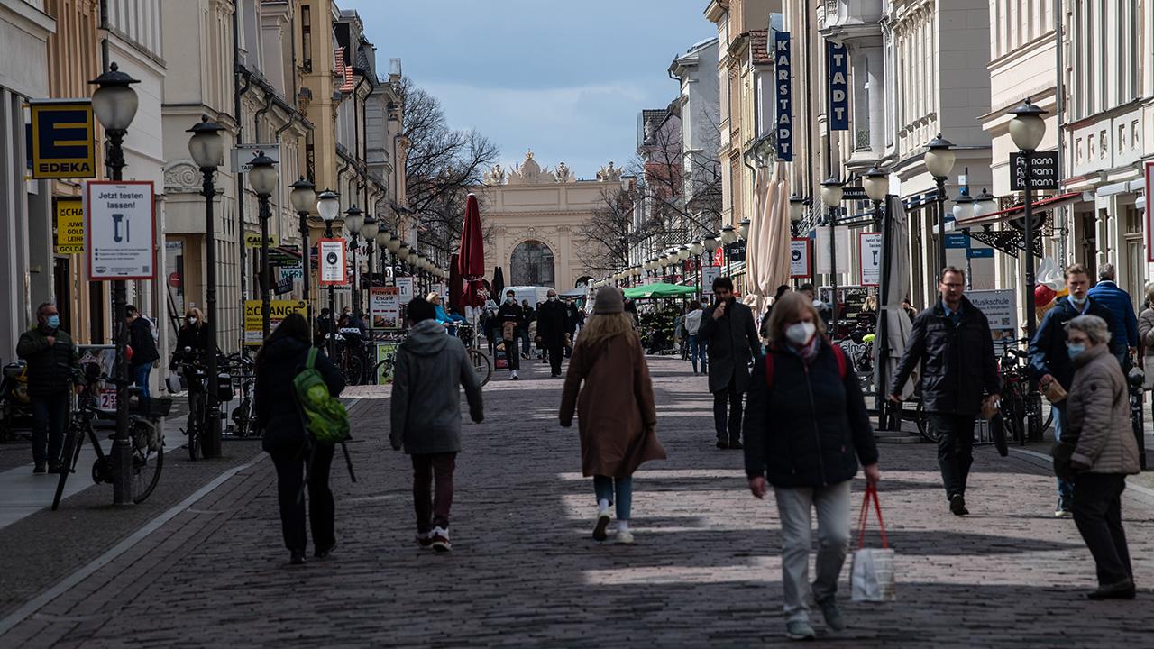 Passanten mit Masken gehen in Potsdam durch die Fußgängerzone und Einkaufsstraße Brandenburger Straße. (Quelle: dpa/P. Zinken)